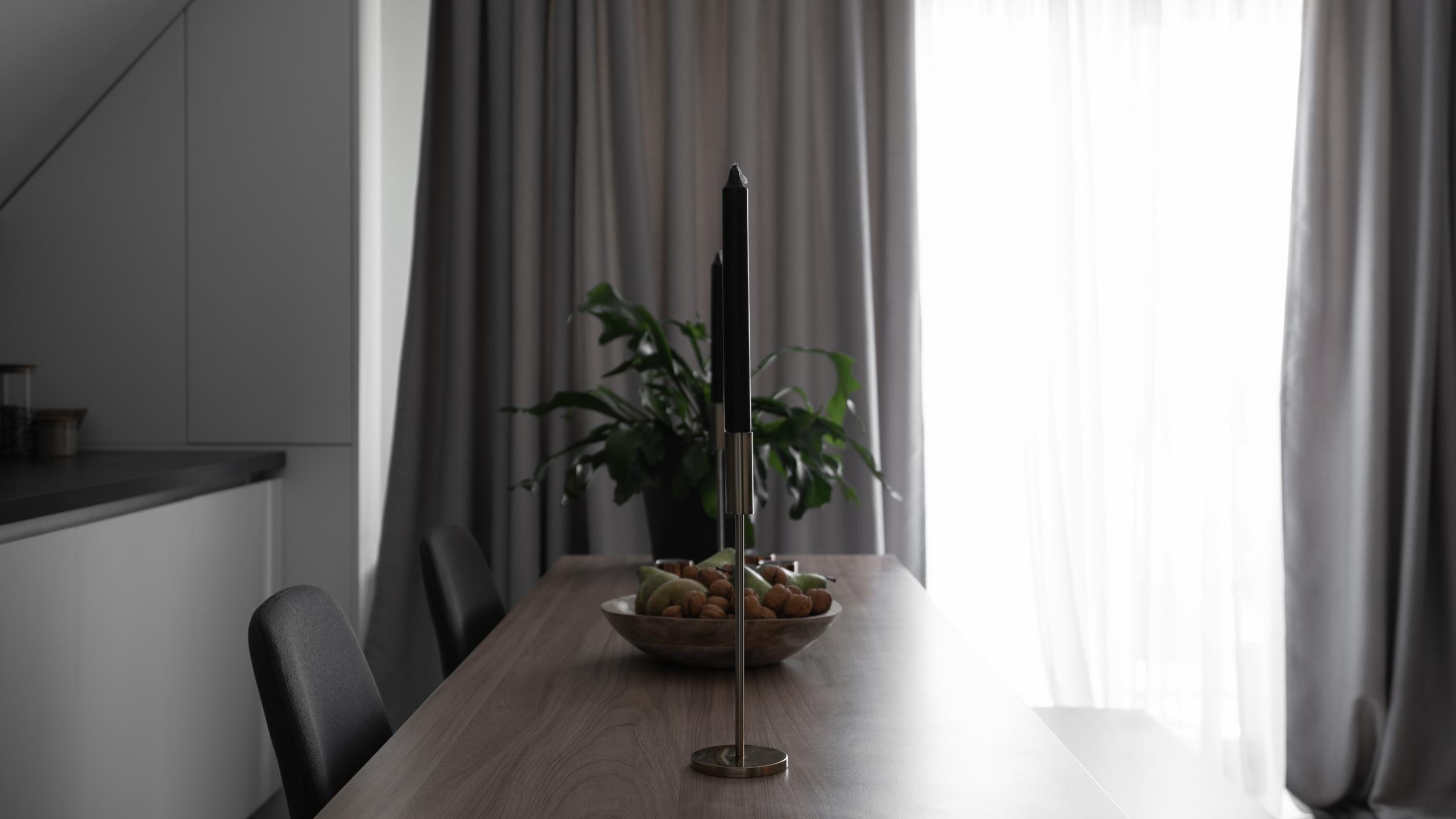 Фотосъемка дизайна интерьера стола в гостиной