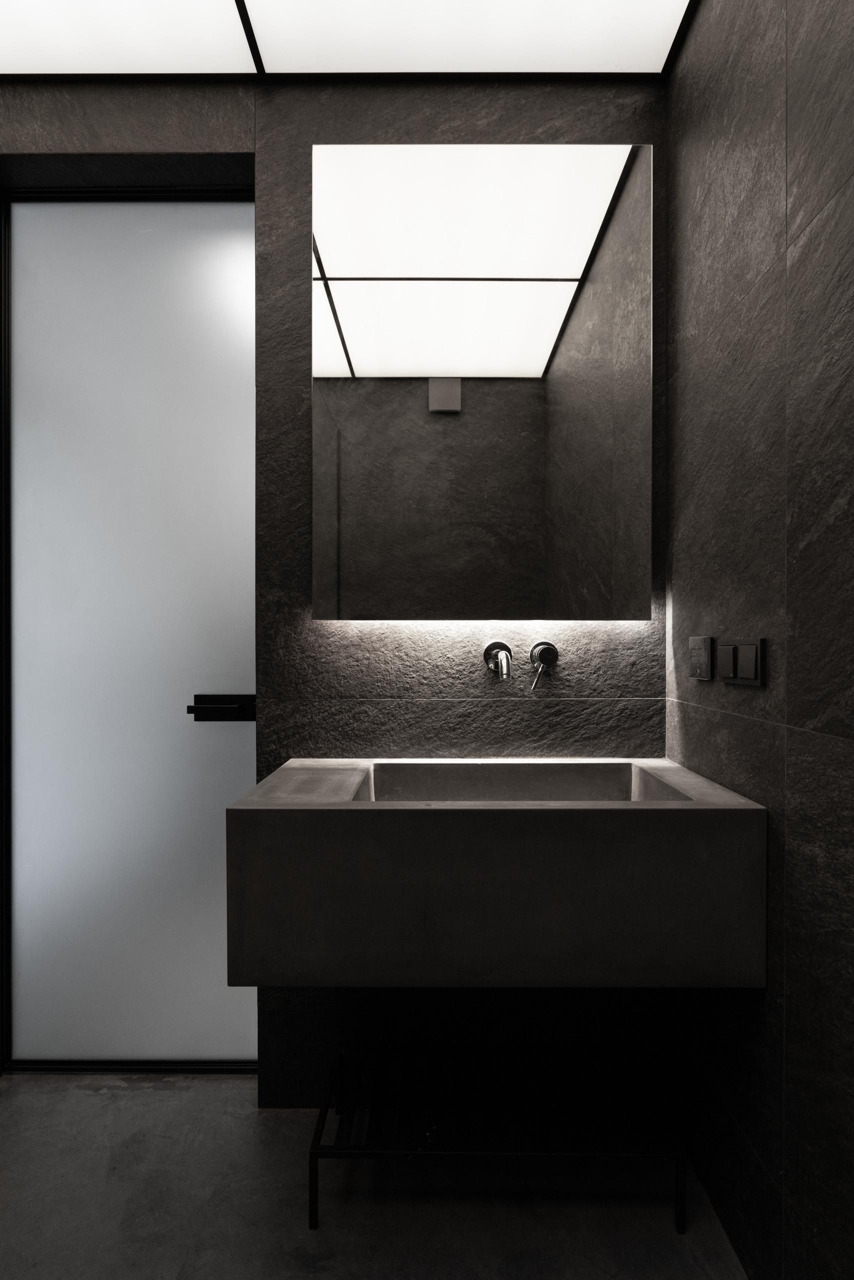 Фотосъемка дизайна интерьера санузла в темных тонах