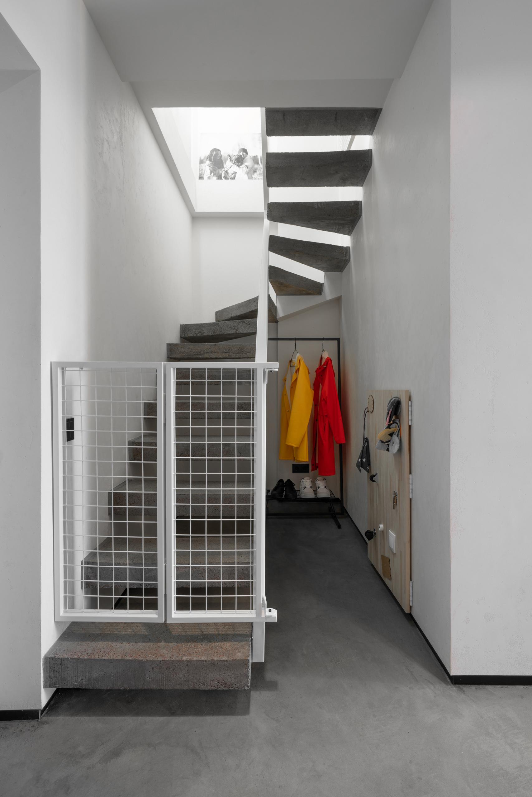 Фотосъемка интерьера бетонной лестницы прихожей