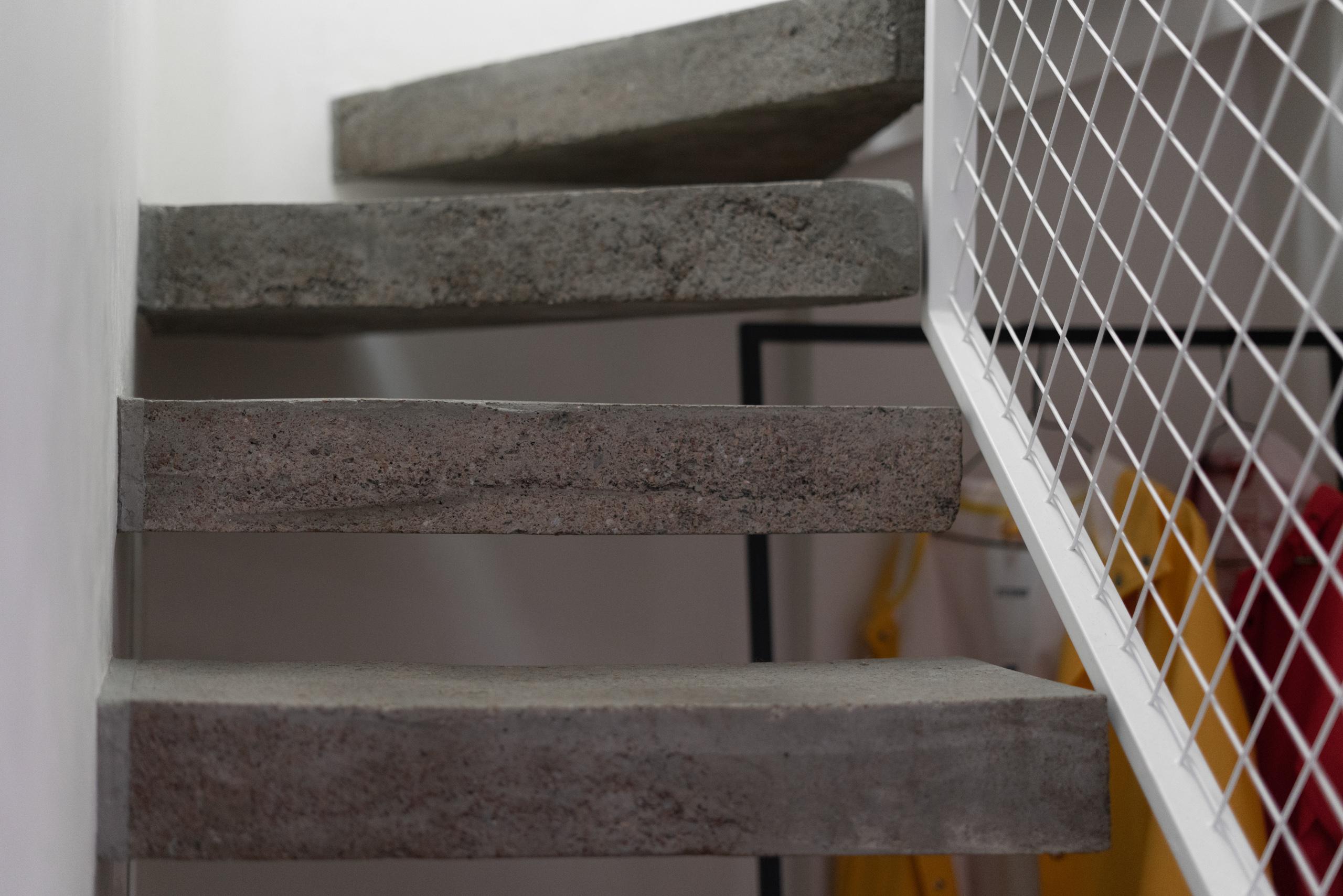 Фотосъемка интерьера бетонной лестницы крупным планом