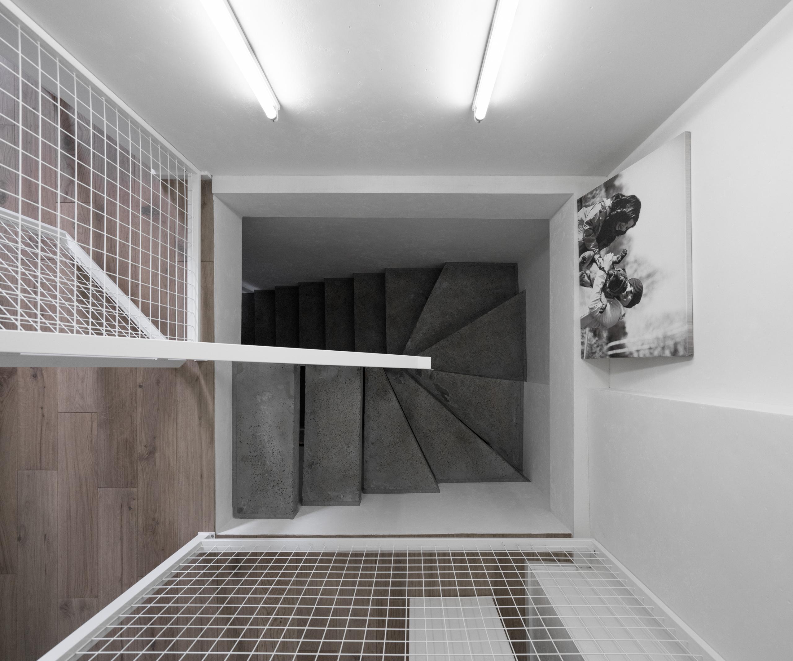 Фотосъемка интерьера лестницы из бетона вид сверху