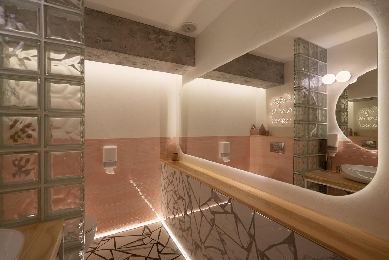 Интерьерная фотосъемка туалета ресторана