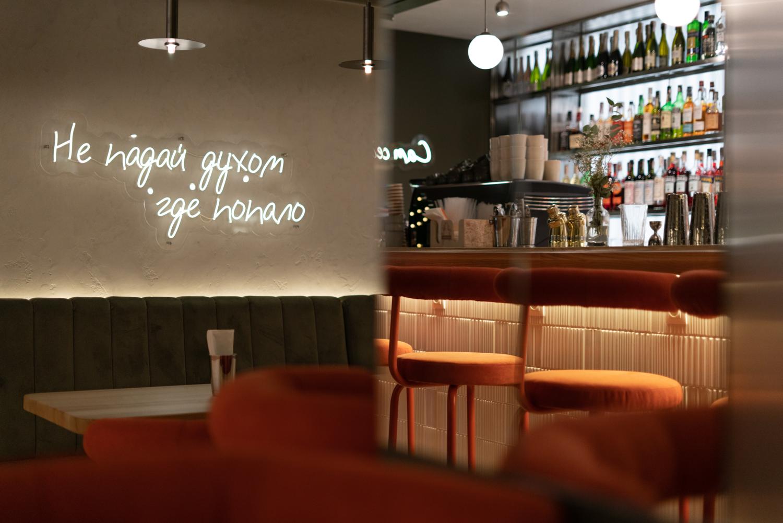 Интерьерный фотограф фотографирует кафе фуд бар