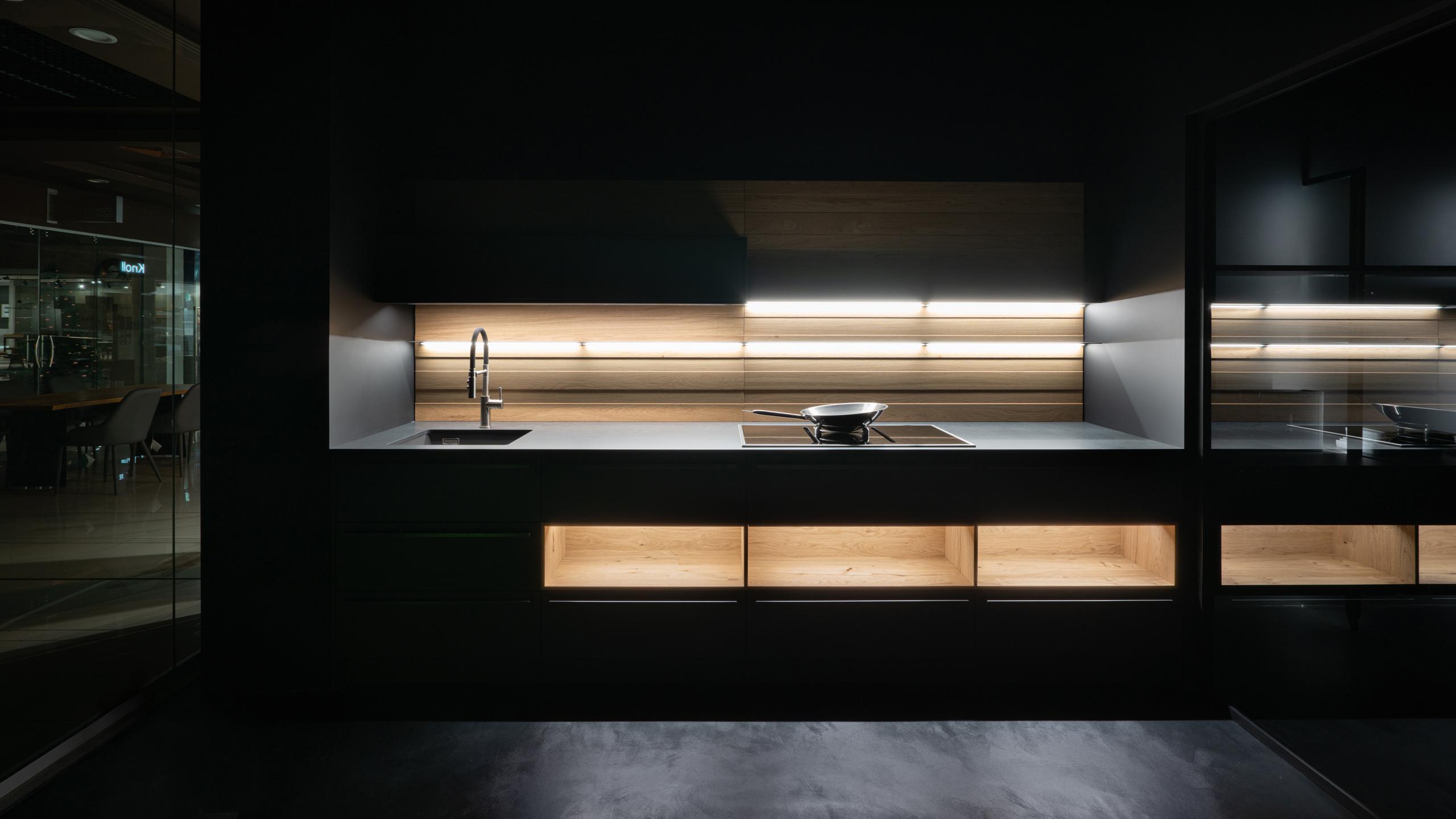 Интерьерный фотограф фотографирует салон кухонь