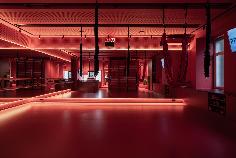 Фотограф интерьера фотографирует фитнес зал