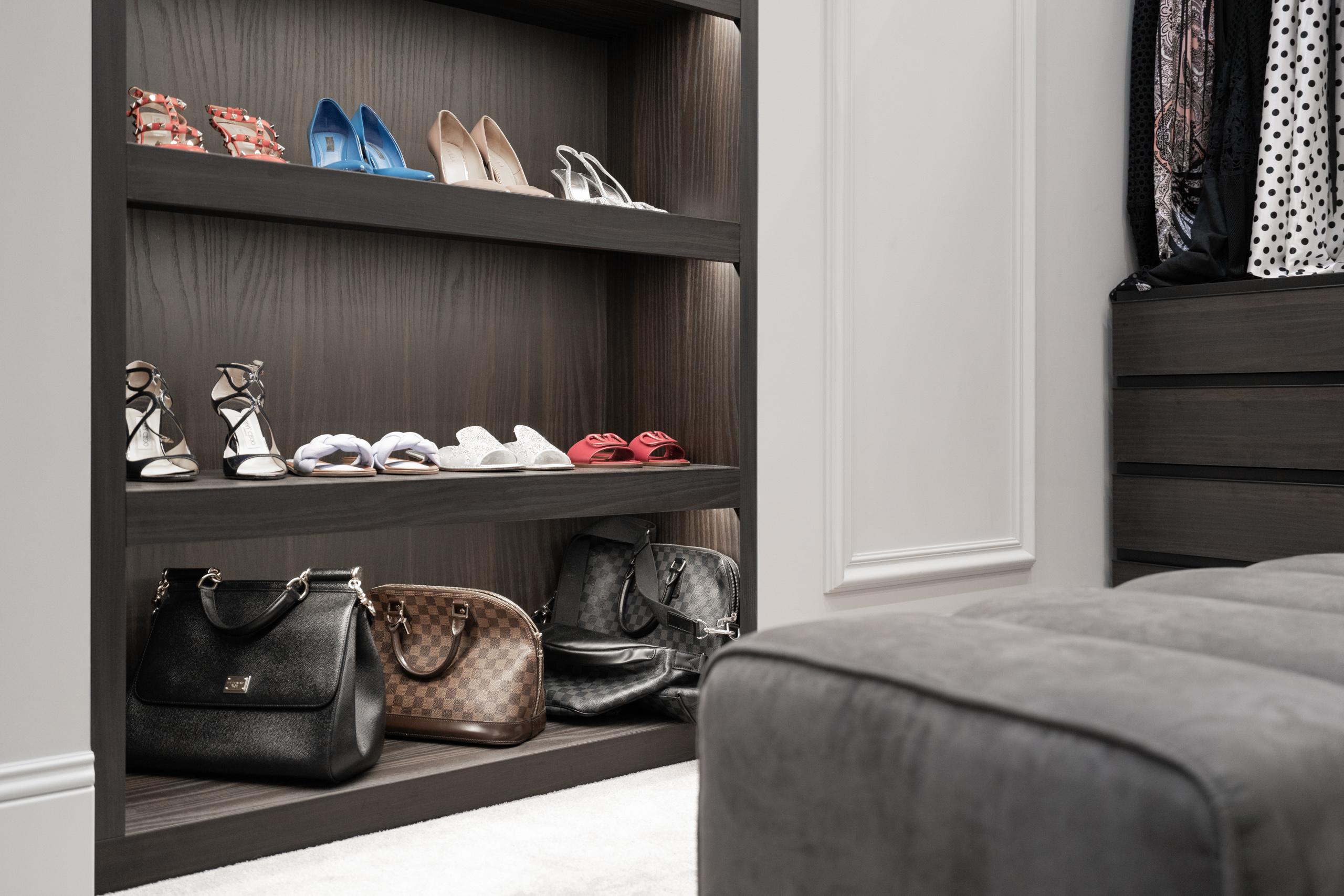 Фотосъемка интерьера гардероба с полками для обуви