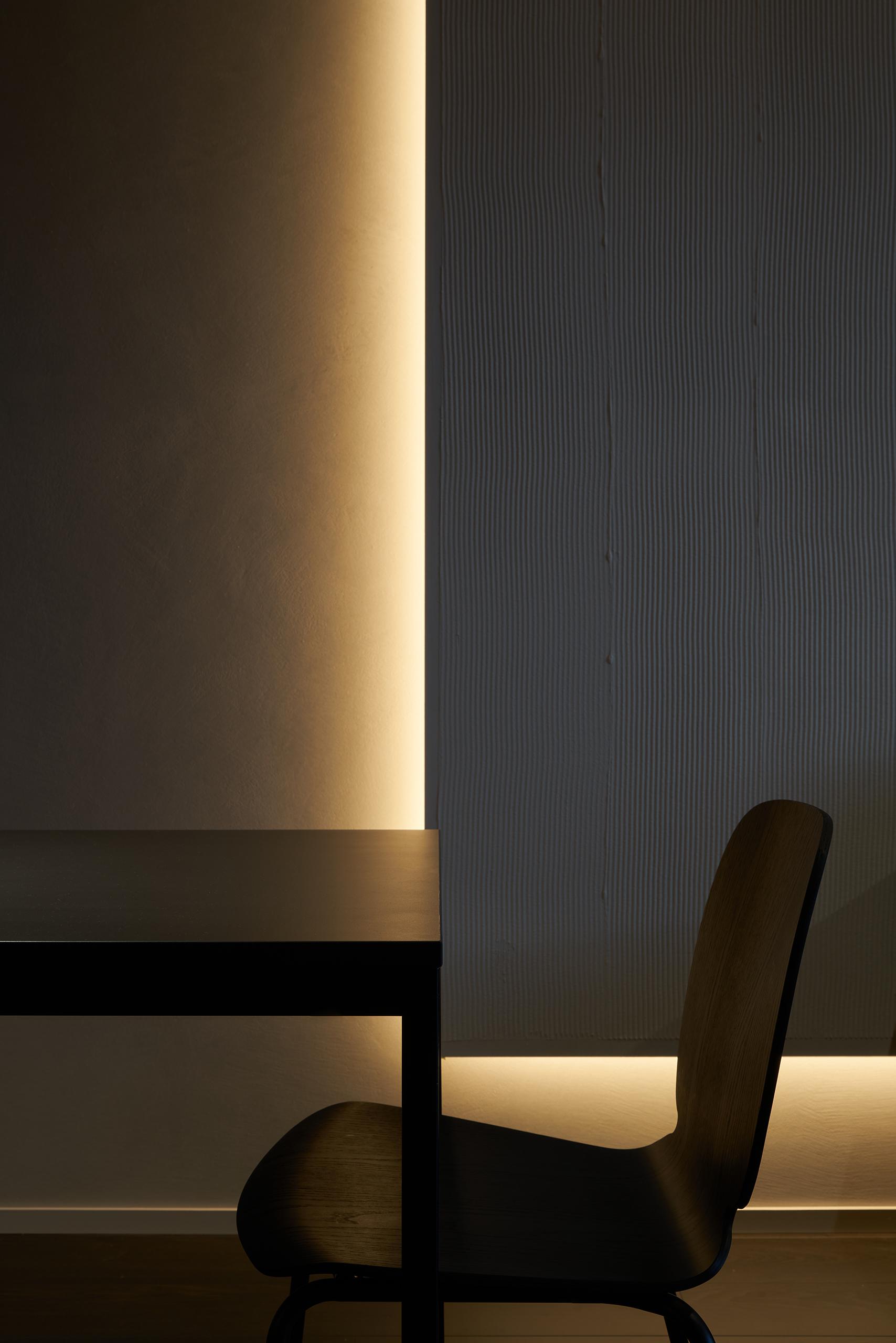 Фотосъемка интерьера вечерней кухни и стула Hoffman