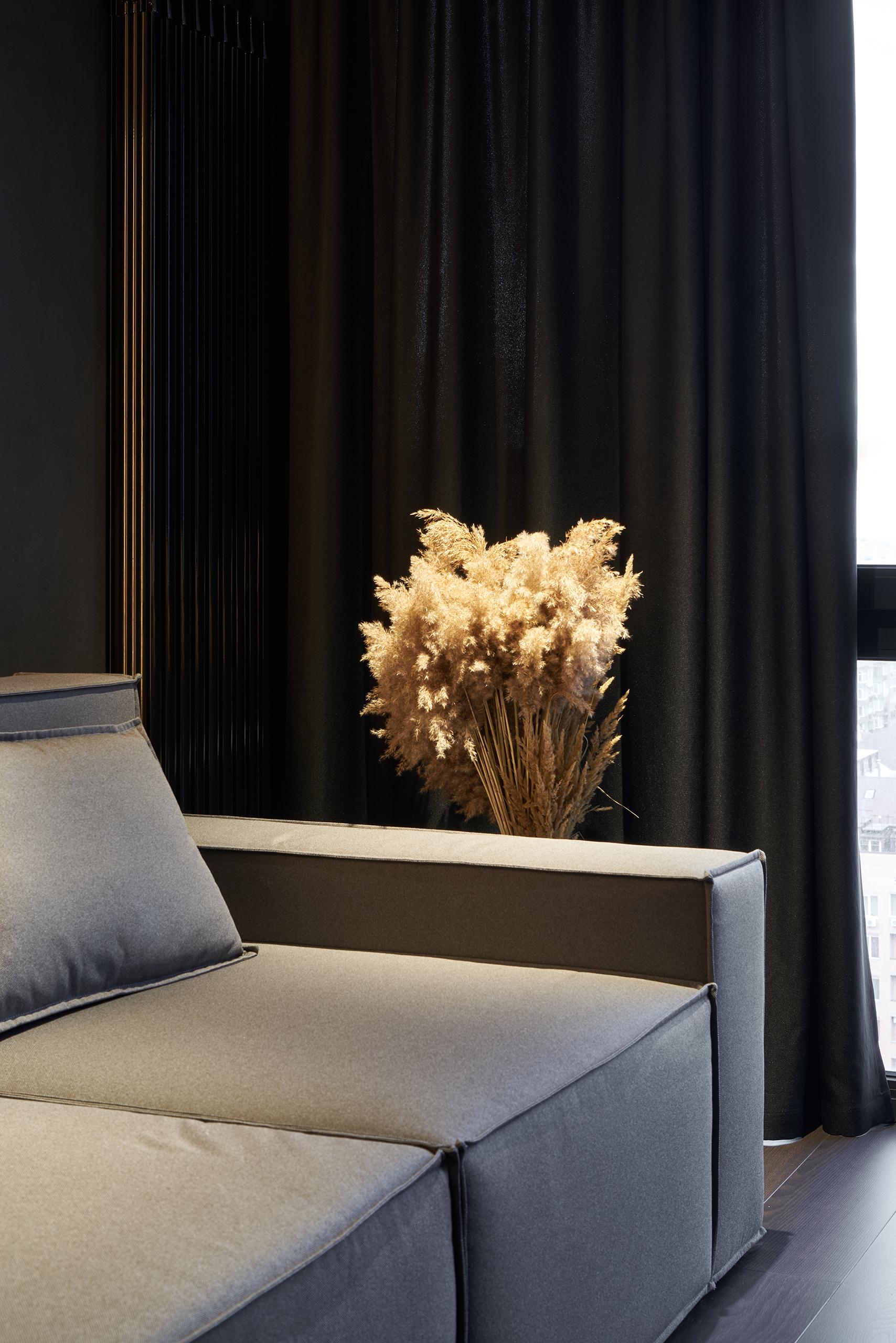 Фотография дивана крупным планом в интерьере