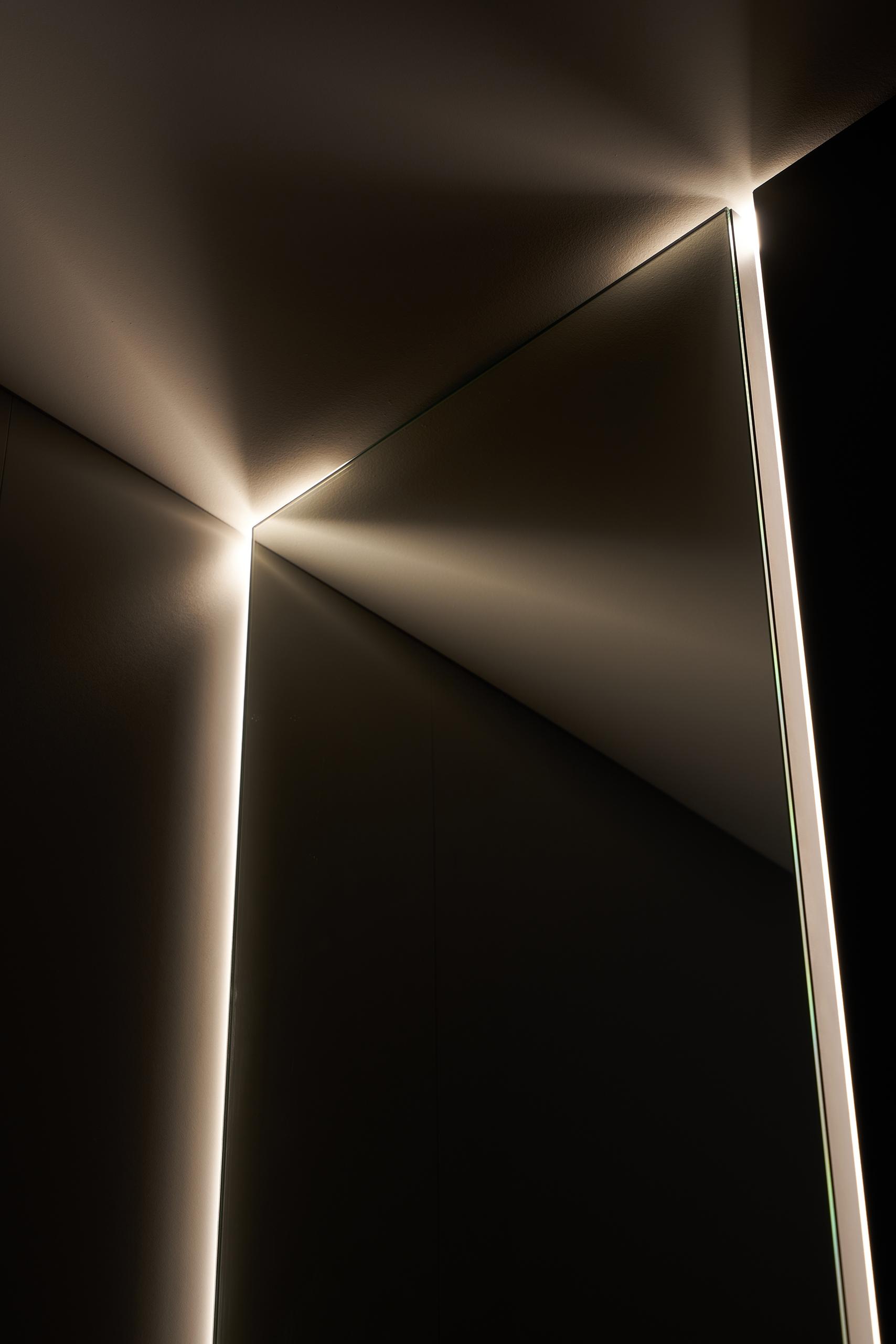 Фотосъемка интерьера прихожей с красивым зеркалом