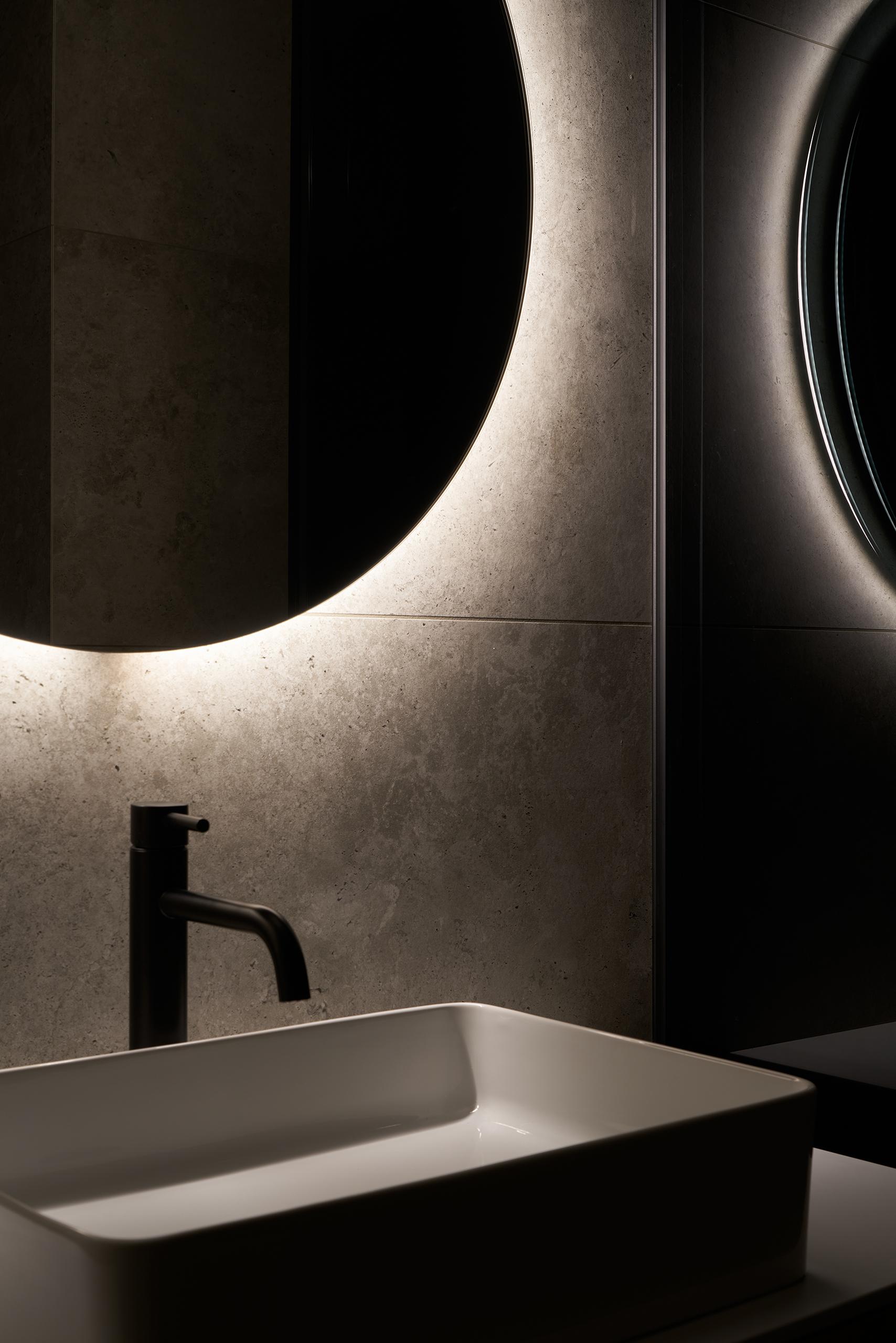 Фотосъемка интерьера ванной с красивым зеркалом
